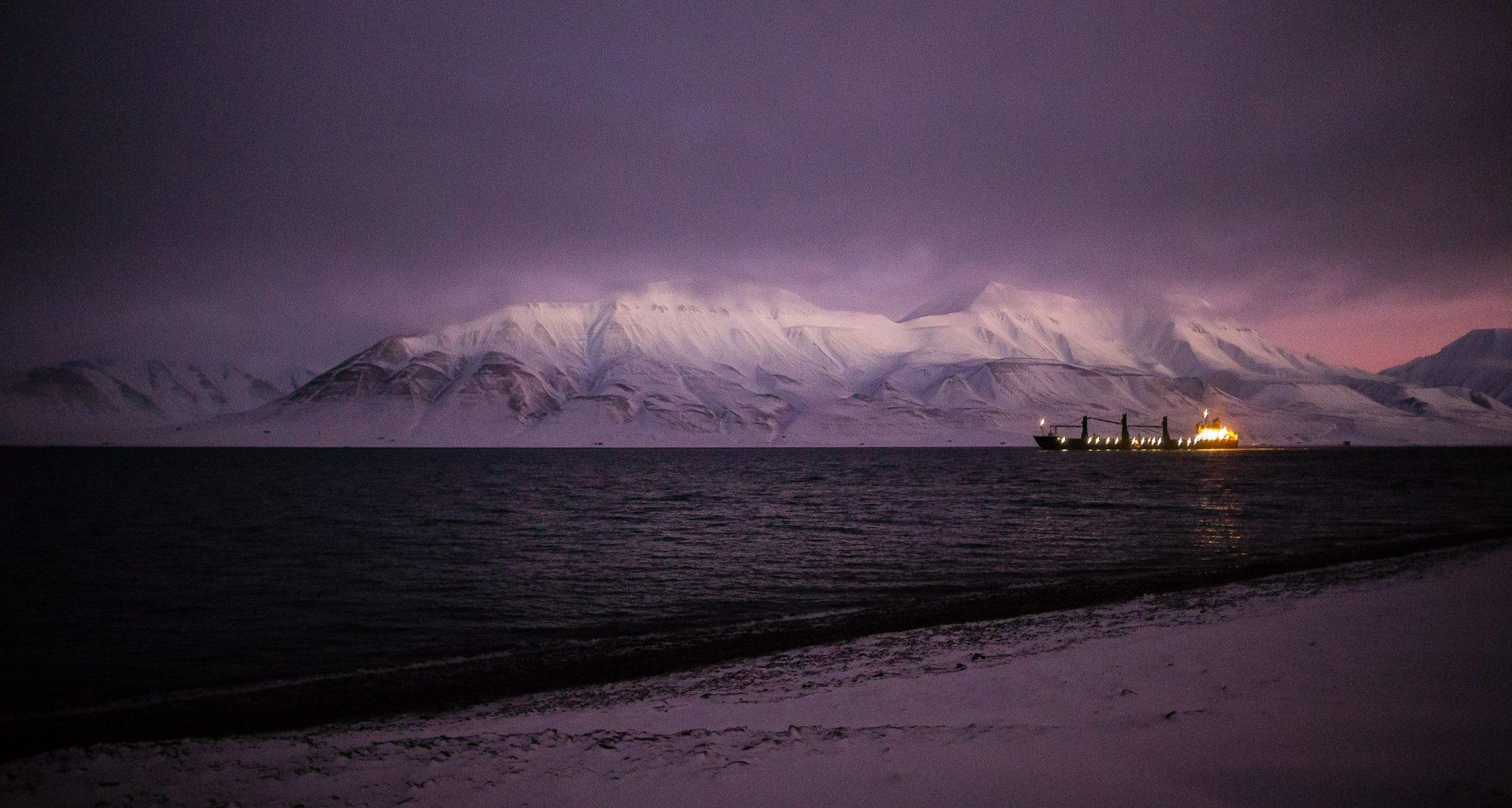 Kullskip ut Adventsfjorden