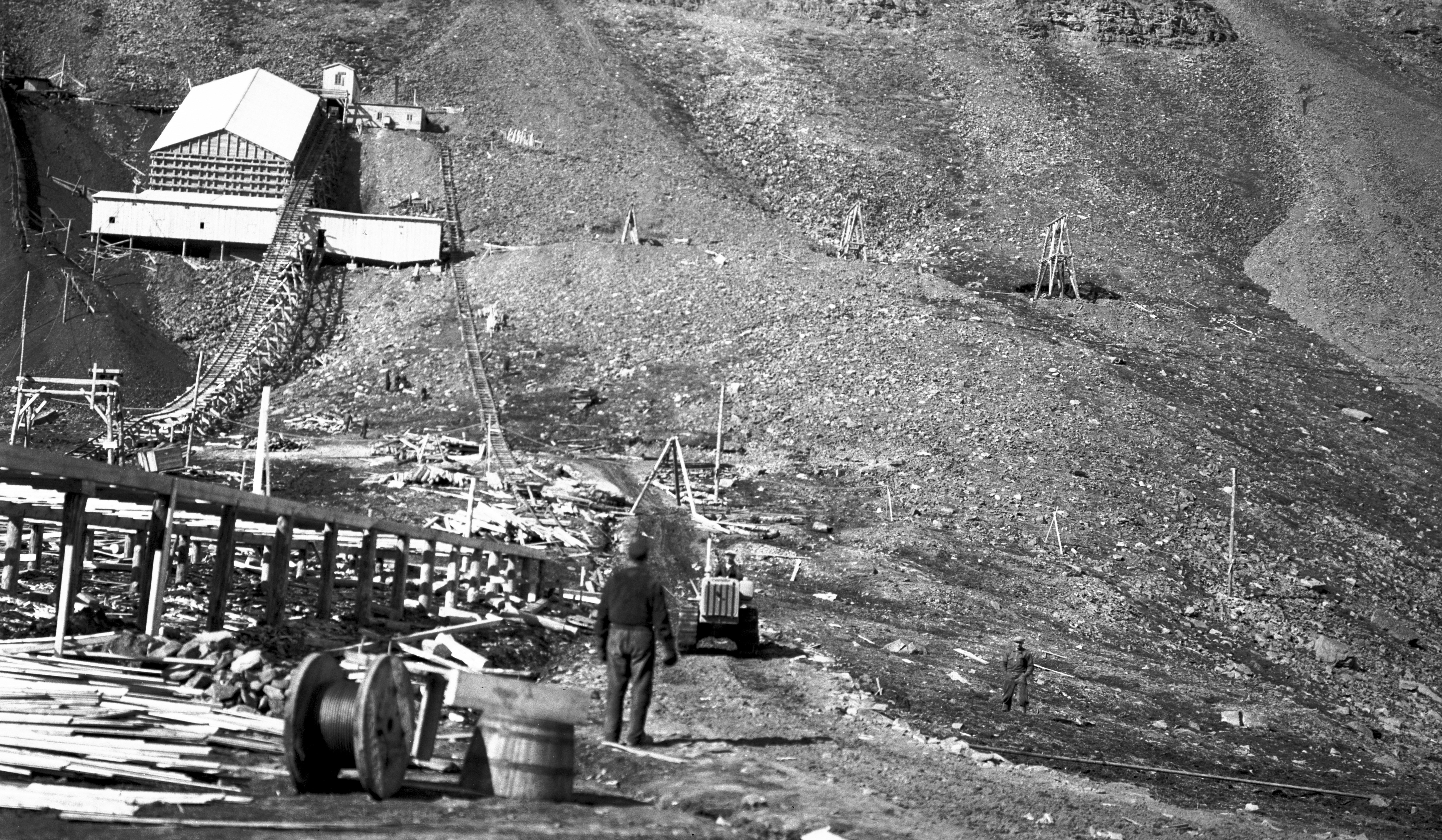 Dagenlegget til Gruve 1 over Sverdrupbyen. Dieseltraktor nr. 2 kjører ut taubanekabel 21. juni 1939.