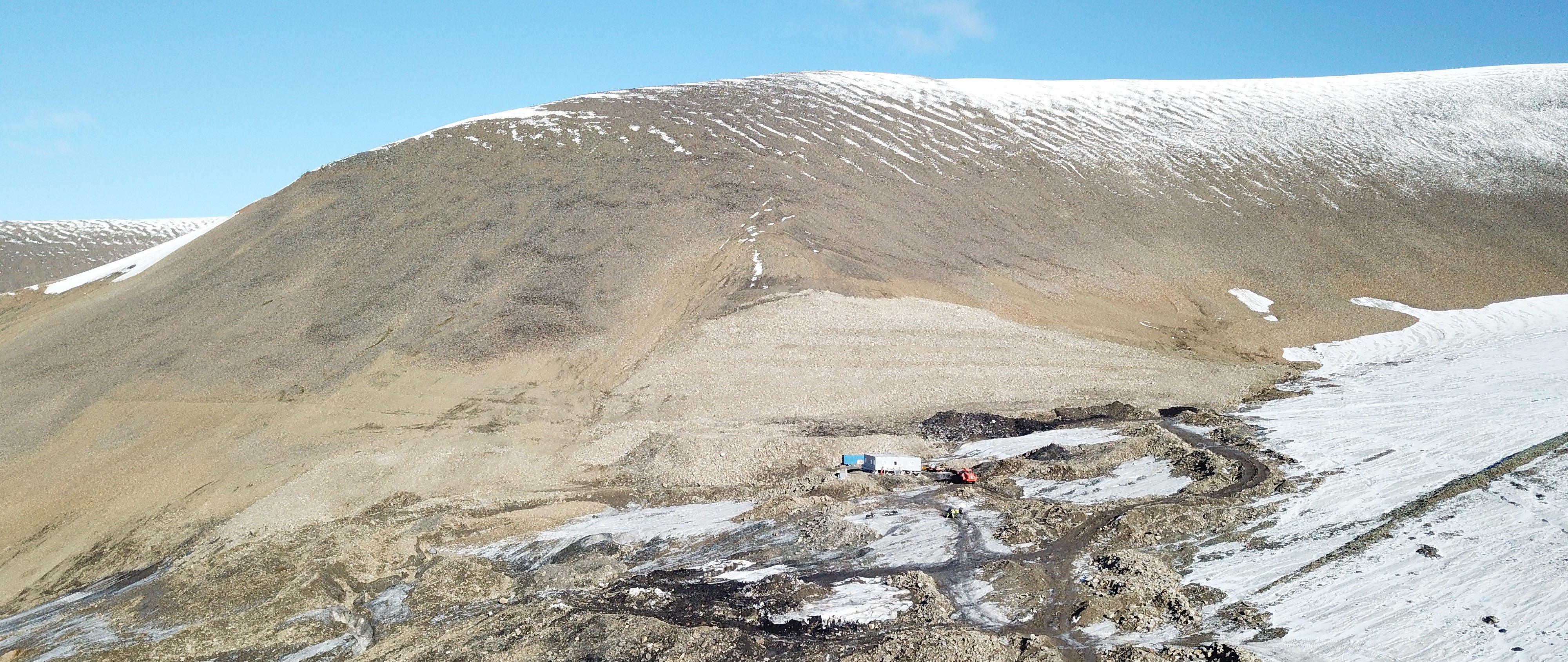 """Bilde tatt i august 2020. Viser veien inn mot Lunckefjell. Det grå """"feltet"""" midt i bildet, er tilførte masser der gruveåpningen var."""